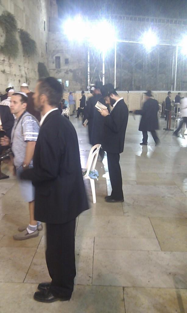 Ortodoks jøde i bøn ved Grædemuren. Eget foto, efteråret 2012.
